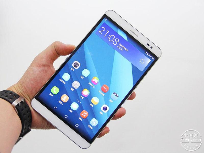 华为荣耀X2是华为在巴塞罗那MWC2015最新发布的超大屏幕手机,该机采用了7英寸的超大屏幕,分辨率为1080p全高清级别,显示效果还算不错。对于一款手机来说7英寸的巨大屏幕真是大到无法想象,几乎可以与某些小号平板电脑相媲美,这样的尺寸与体积用来看电影最合适不过了,视野广阔显示清晰;玩游戏的话也能给手指一个开阔的操作空间。该机对于那些喜欢大屏幕的手机玩家来说真的就是毒品一般的存在!