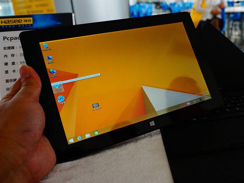 神舟PCpad在外观的设计上神舟PCpad线条流畅简洁。配置方面,神舟PCpad内置英特尔四核处理器,主频1.33Ghz,睿频可达到2.1GHz。正面选择使用10.1英寸分辨率为1280x800级别的高清屏幕,显示效果相当出众。搭配了一颗200万像素前置摄像头和500万像素后置摄像头,满足人们的基本摄影需求。同时配备了8000mAh 容量的电池,网页浏览时间可长达10小时。神舟PCpad最大亮点就是还可以搭配外接键盘,让你秒变笔记本,这也许就是其为什么叫做PC pad。 华硕MeMO Pad 8 便携更