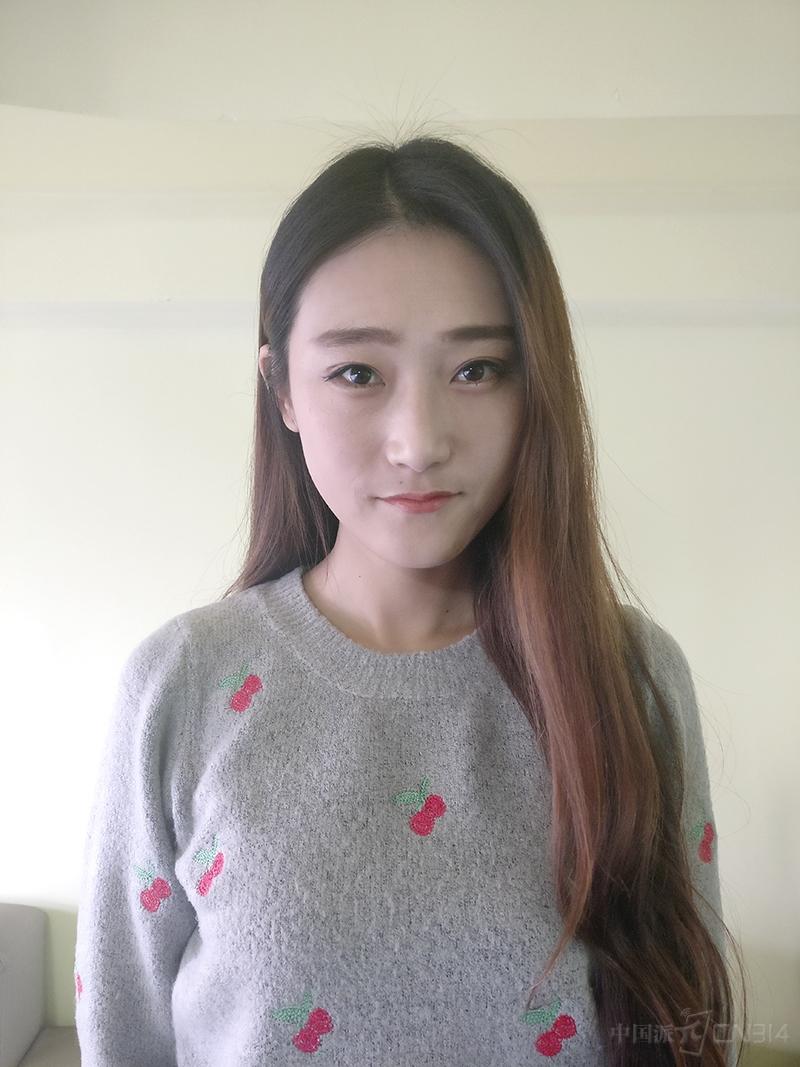 有刘海的女生分出发际线,可以在拍照前对着镜子整理好自己的长发,这样