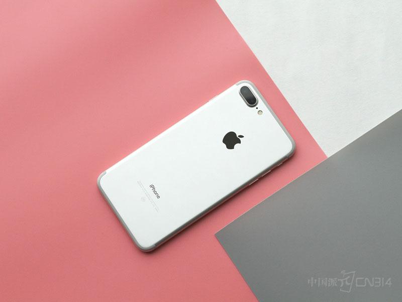"""【中国派 报道】今年下半年,三星一炸回到解放前,并让当时正好上市的苹果新品iPhone7出尽了风头。但就在今天,一些最真实数据的曝光,却向我们呈现了一个出乎所有人预料的结果。  首先是一份来自瑞银集团的报告显示,在苹果的主要市场当中,中国的 iPhone 用户忠诚度一直都是最高的,但截至 2016 年第四季度却也只有 53%,创下历史新低;然后是IDC 近日发布了中国智能手机市场最新季度报告,其中显示 OPPO 高居榜首,原本排在第一的华为被挤到了第三,苹果则非常""""稳定""""的排在了第"""