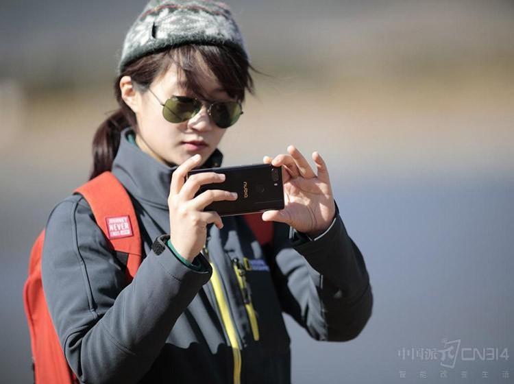 年度摄影大赛作品赏析 她用手机拍下月食